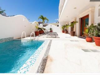 2BR, Few Blocks to the beach, Internet, Pool, Downtown! D1, Playa del Carmen