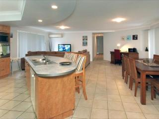Spacious modern 4br holiday home in north Brisbane with great backyard! (pets ok)