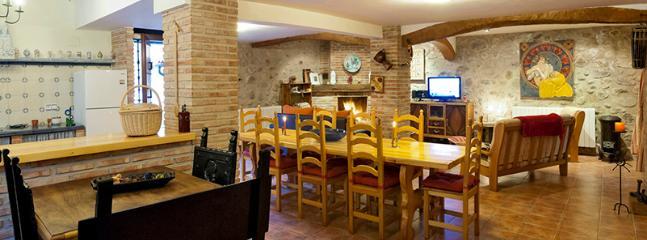 El gran salón-comedor-cocina de 100m2 con la cálida chimenea