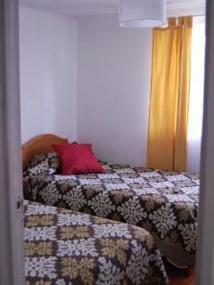 habitacion con dos camas de plaza y media