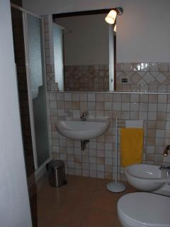 B&B Albero Cavo - Parma. Private Bathroom in room west