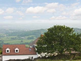 SOUTHVIEW, romantic retreat, hill views, near Ludlow, Ref 22707