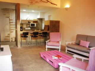 The Pink Pallet house. 5 minutes from the beach., Vila do Bispo