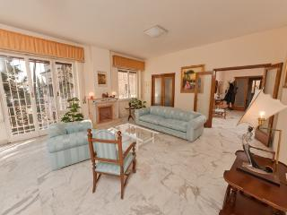 Trastevere-Luminous Apt.190m² WiFi/Balcony/Lift/Parking/3BR/2BA, Rome