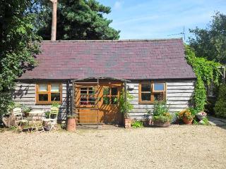 THE POTTERY, single-storey, romantic retreat, private patio, in village location, in Urchfont near Devizes, Ref 25807