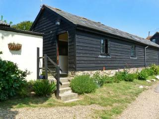 SYCAMORES BARN, pet-friendly, ground floor accommodation, close to the coast, near Brighstone, Ref: 26199