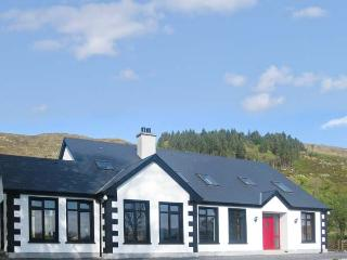 CLOONAQUINN, large cottage, ground floor bedroom, en-suite facilities, near Mano