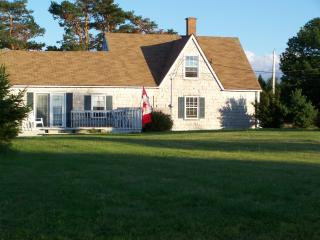 CLASSIC MARITIME  COTTAGE  with  WATERVIEW  conveniently located btwn BEACH and TOWN, New Glasgow