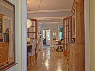 Large and beautiful condo, right in the old city!, Québec (ville)
