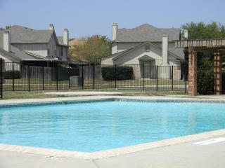 Contemporary Two-Story Condo. Welcome BMT families (8.3 miles from Lackland AFB), San Antonio