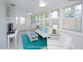 Downtown Coastal Charm - Private Cottage, Jacuzzi, Hollywood