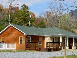 Perfect Couples Retreat! Walking distance to Shenandoah River!