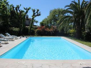 06.690 - Villa with pool b...