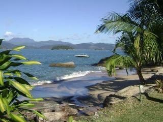 Praia brava em Ilha do Araújo