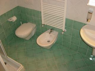 BATHROOM 'EMERALD ROOM'