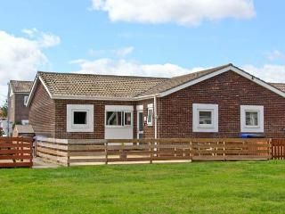 THE SNUG, single-storey cottage, enclosed decked area, close to beach, in Beadnell, Ref 25998