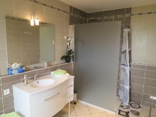 Salle de bains chambre bambou avec douche à l'italienne