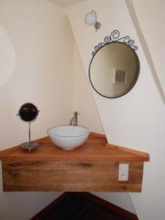 lavabo in room 2, first floor