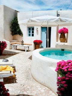 Private cobbled courtyard