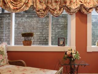 Jones Street Suites - Monterey Square Suite