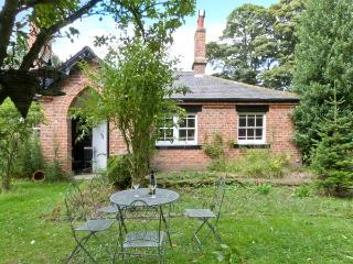 BOUSDALE COTTAGE, pet-friendly, open fire, enclosed garden, near Guisborough, Re