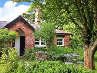 BOUSDALE COTTAGE, pet-friendly, open fire, enclosed garden, near Guisborough, Re