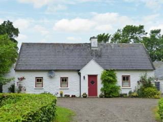 O'NEILL'S, pet-friendly cottage, open fire, rural setting, garden, Dundrum Ref 2
