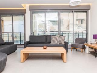True Luxury, Design, Wood Sun Deck & 3 Min 2 Beach, Tel Aviv