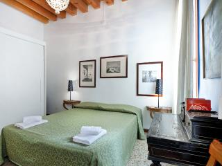Comfortable Apartment Alle Bifore, near Casinò and train station, 12/15 minutes to Rialto and 15/18 minutes to San Marco, Venice
