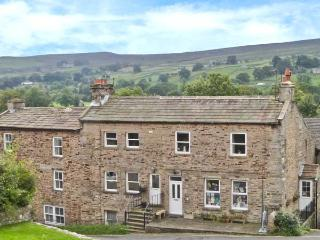 ALPINE COTTAGE, pets welcome, woodburner, WiFi, hot tub, games room, character, Reeth