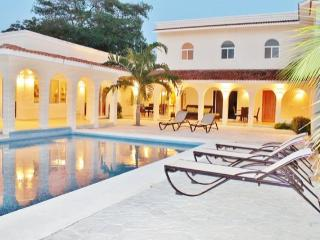 Casa Rosa - Entire City Block, Huge Pool, Absolutely Privacy&Security, Cozumel