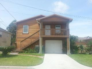Clean- Sleeps 6- Minutes to Beach, Shops, Restaurants & FUN, Galveston