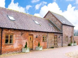 TROOPER'S BARN, spacious barn conversion with hot tub, games room, gym, patio, Craven Arms
