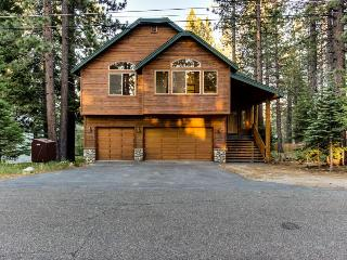 Spacious cabin with private hot tub and room for 12 guests!, South Lake Tahoe