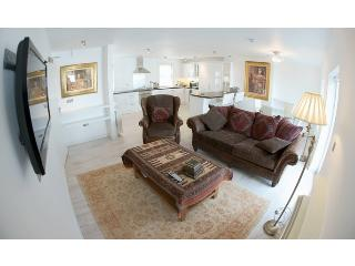 Newborough - Luxury Apartment in Town Centre, Kinsale