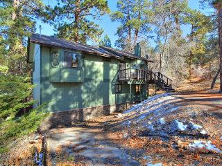 Lazy Bear Lodge - Affordable! Near Slopes! Pool!, Big Bear Region