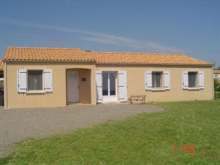 Vendee Holiday Gite Modern Bungalow sleeps 9+, Rosnay