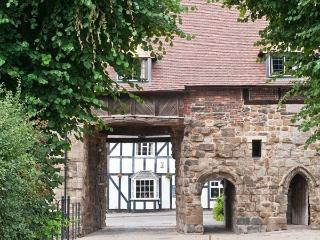 PORTER'S LODGE, over first and second floor of a medieval gatehouse, woodburner, parking, in Tamworth, Ref 27119