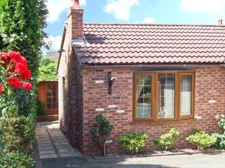 BRAMBLE GRANGE, enclosed garden, sauna, gym, hot tub, in Overseal, Ref. 27758, Burton upon Trent