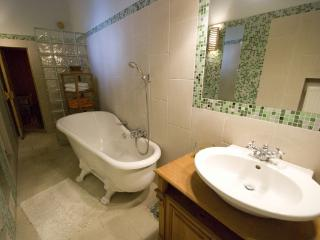 CR112eBUD - Spacious 2BR Andrássy Avenue Apartment at the Opera  /w Sauna and Parking, Budapest