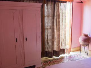 ROMANTIC COLONIAL HOUSE IN OLD CITY - PINK ROOM