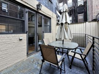 Private 4BR/2.5BA Townhouse + Terrace in the UES!, Nova York
