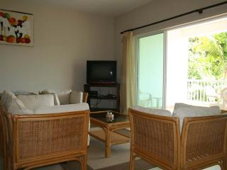 2bdr condo in a quiet area 50 m from the beach