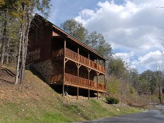 Smoky Mountain Cabin Close to Pigeon Forge Parkway has Hot Tub and Pool Table