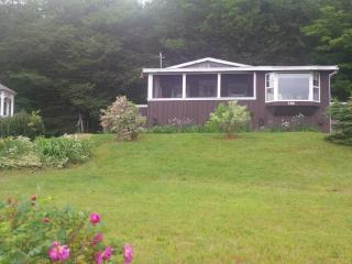 Charming Lake-view Cottage 25 min from Truro