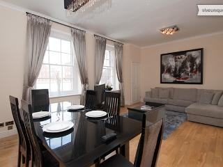 Sophisticated 2 bed Knightsbridge apartment, walk to Harrods, London