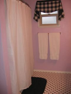 Shower/tub with curved shower curtain