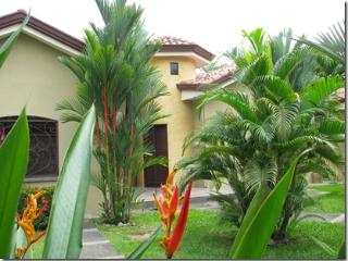 Casa Macaw - Resort Villa close to the pool