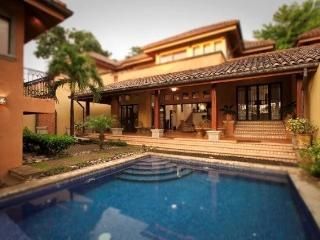 Luxurious 4BR Villa Tamarindo Beach, Pool Sleep 10