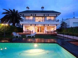 Sofia Beach, Villa in center, 200m to the beach, AC, pool, squash, WIFI, 600m2